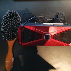 Speaker en haarborstel, zoals gemeld door Van der Valk Hotel Houten met iLost
