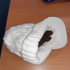 wite muts en handschoenen, zoals gemeld door Connexxion Overijssel / Flevoland-IJsselmond met iLost