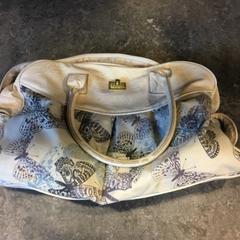 Beige tas met vlinders, zoals gemeld door Gemeente Amsterdam met iLost