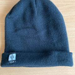 Zwarte UvA beanie/muts, as reported by Pathé City using iLost