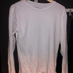 wit t-shirt met lange mouwen がiLostで Van der Valk Hotel Veenendaal によって報告されました