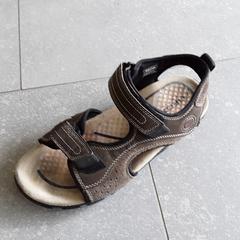Bruin zwarte sandaal, zoals gemeld door Ziekenhuis Oost-Limburg met iLost