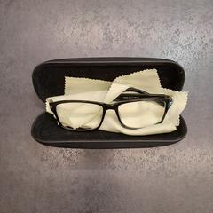 Leesbril in harde koker, zoals gemeld door Rotterdam The Hague Airport met iLost
