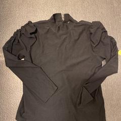 Zwarte blouse, zoals gemeld door Grand Hotel Amrath Kurhaus met iLost