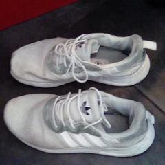 Shoes, a été signalé par MEININGER Hotel Berlin Alexanderplatz utilisant iLost