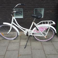 Dames/meiden fiets Nostalia wit met roze, zoals gemeld door Gemeente Heusden met iLost