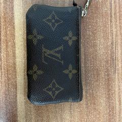 Louis Vuitton pasjeshouder ALARDA, as reported by Pathé Arena using iLost