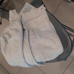 Pull gris, a été signalé par MEININGER Hotel Lyon Centre Berthelot utilisant iLost