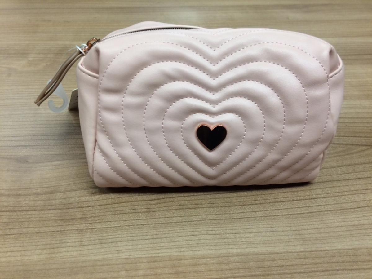 7516018024e Make up bag / make up tasje, ha sido reportado por Lovers Canal Cruises  usando