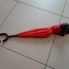Parapluie rouge, a été signalé par MEININGER Hotel Lyon Centre Berthelot utilisant iLost
