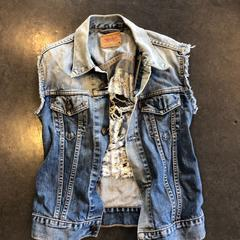 Spijkergilet met ripped rug - merk Levi's, zoals gemeld door Awakenings ADE – Warehouse Elementenstraat 2019 met iLost