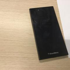 Zwarte mobieletelefoon BlackBerry, zoals gemeld door Gemeente Arnhem met iLost