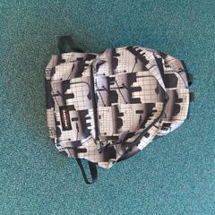 Eastpack tas grijs zwart, zoals gemeld door Connexxion Overijssel / Flevoland-IJsselmond met iLost