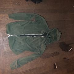 Leger groene trui met rits, zoals gemeld door De Heeren van Aemstel met iLost
