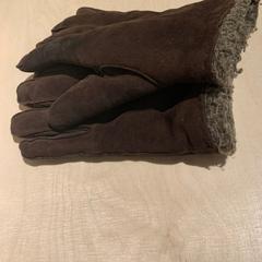 bruine handschoonen, zoals gemeld door The Tire Station Hotel met iLost