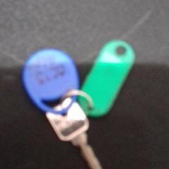 Sleutel met twee labels, come riportato da allGo Almere utilizzando iLost
