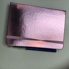 Pink metallic notebook with pen, come riportato da Rijksmuseum utilizzando iLost