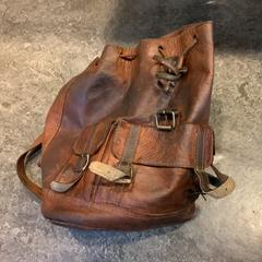 Bruine tas op naam van Koschany uit Duitsland, zoals gemeld door Gemeente Amsterdam met iLost