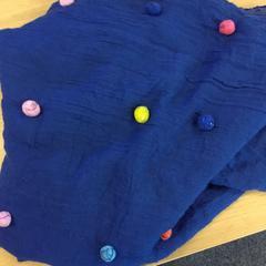 Blauwe sjaal met gekleurde bolletjes, as reported by Canisius-Wilhelmina Ziekenhuis using iLost