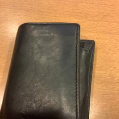Zwarte portemonnee op naam van Muntasar, jak nahlášeno Gemeente Amsterdam pomocí iLost