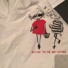 Wit T-shirt met 2 dames erop, zoals gemeld door Van der Valk Hotel Amsterdam Zuidas met iLost