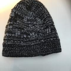 Grey/black beanie, segundo informou Rijksmuseum usando iLost