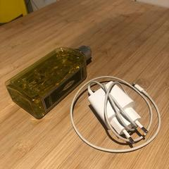 Phonecharger + Showergel, zoals gemeld door Conscious Hotel Westerpark met iLost