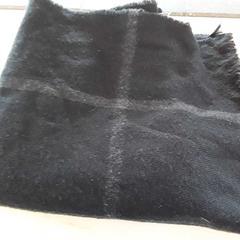 Zwarte sjaal met ruitpatroon, zoals gemeld door EBS Tramplein met iLost