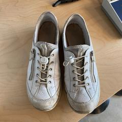 WItte sneakers, zoals gemeld door The Tire Station Hotel met iLost