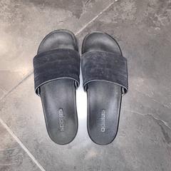 Slippers Adidas, zoals gemeld door Van der Valk Hotel Houten met iLost