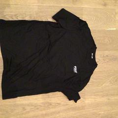 Zwarte t-shirt Four Amsterdam, zoals gemeld door Van der Valk Hotel Amsterdam Zuidas met iLost