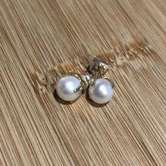Golden pearl earrings, zoals gemeld door Conscious Hotel Westerpark met iLost
