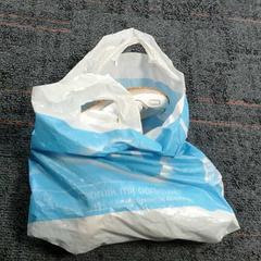 Plastic tas met twee witte schoenen, zoals gemeld door Connexxion Amstelland-Meerlanden Amstelveen met iLost