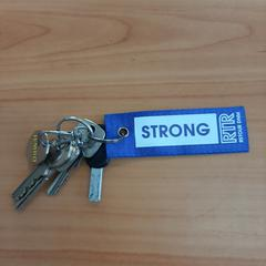 sleutels met hanger STRONG, zoals gemeld door Connexxion Overijssel / Flevoland-IJsselmond met iLost