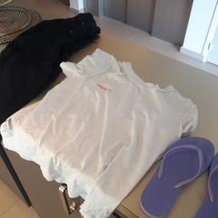Pull noir, tee-shirt blanc, tongs violettes, gemeldet von Meininger Lyon Centre Berthelot über iLost