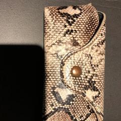 Zonnebril hoes met slangenprint + bril, ha sido reportado por Van der Valk Hotel Veenendaal usando iLost