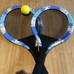 Tennisrekken + bal, zoals gemeld door Conscious Hotel Westerpark met iLost