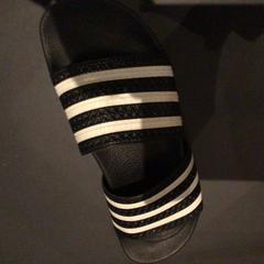 Adidas slippers, zoals gemeld door Van der Valk Hotel Amsterdam Zuidas met iLost