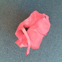 rode katoenen tas, zoals gemeld door Connexxion Overijssel / Flevoland-IJsselmond met iLost