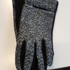 Dameshandschoenen zwart grijs, zoals gemeld door Connexxion Zeeuws-Vlaanderen met iLost