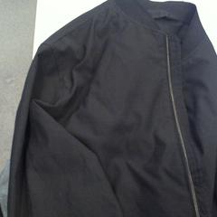zwarte jas, zoals gemeld door Walibi Holland met iLost