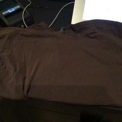 Bruin t-shirt, zoals gemeld door Van der Valk Hotel Amsterdam Zuidas met iLost