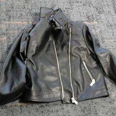 Zwart jasje Primark maat 140, zoals gemeld door Connexxion Amstelland-Meerlanden Amstelveen met iLost