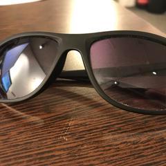 Zwarte Prada zonnebril, zoals gemeld door Pathé Breda met iLost