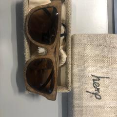 Zonnebril met brillenkoker, zoals gemeld door The Tire Station Hotel met iLost
