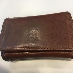 Bruine portemonnee op naam van Clinton, uit Italie, as reported by Gemeente Amsterdam using iLost
