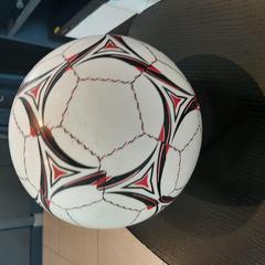 Ballon de foot, a été signalé par MEININGER Hotel Lyon Centre Berthelot utilisant iLost