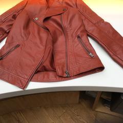 Bruin/rood leren jasje, as reported by Rijksmuseum using iLost
