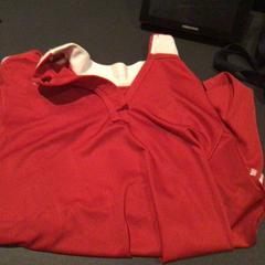 Rood lange mouwen shirt, zoals gemeld door Van der Valk Hotel Amsterdam Zuidas met iLost