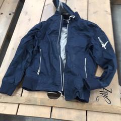 Blauwe jas man, zoals gemeld door By the Creek 2017 met iLost